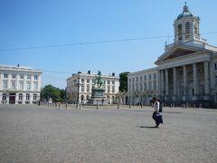 ロワイヤル広場へ。  18世紀に作られた長方形の広場。 新古典主義(ネオクラシック)の聖ヤコブ教会。 その奥に王宮があります。