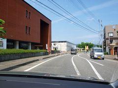 十日町市内に入り「クロス10」(  http://cross10.or.jp/about/  )の案内所で説明を聞きました。   担当者の人から紹介していただいて「株式会社 桐屋(とうや)」(  http://suizankoubou.net/office   )に向かいます。