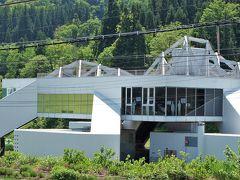 駅の近くに「まつだい雪国農耕文化村センター農舞台」(  http://www.echigo-tsumari.jp/artwork/no_butai_snow-land_agrarian_culture_center_matsudai  )があります。