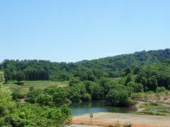 大厳寺高原からの景色は初夏を感じさせてくれる清々しさを感じました。  *〈資料〉  大厳寺高原(だいごんじこうげん)  天水山の中腹、標高700メートルに位置する大厳寺高原。  緑あふれる高原には牧場や池があり、野鳥が声が響きわたります。  紅葉の季節は目を見張るほどの紅や黄色の美しさ。  キャンプ施設は、爽やかな草原が広がりコテージ設備やレンタルも豊富。  初心者の方からベテランキャンパーまで、お好みのスタイルでアウトドアをお楽しみいただけます。  池でのSUPやカヌー、サイクリングなど日帰りで利用できるアクティビティーも多数ご用意。  遊んだあとのお腹を満たしてくれるレストランもございます。
