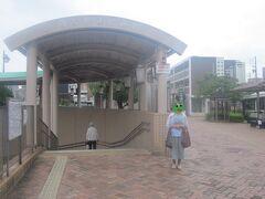 で、今回はバス乗り継ぎで順調に名鉄瀬戸線の印場駅前に到着。  まあ、バスが間に合わなければ、喜多山から二駅でこの駅、な訳ですが…。  そういうことをごちゃごちゃ説明しても、果たして、母の頭の中にきちんと整理されて記憶されるのかが心配…。  何はともあれ、無事印場に到着した記念に母を撮っておきましょう。  因みにここまで来ると微妙に名古屋市域を飛び出ています(尾張旭市域)ね。