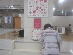 丸栄パネル展にて、メッセージカードを綴るケロケロ母。