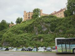 ホテルのすぐ裏手には、ホーエンシュヴァンガウ城が聳えています。 そのたもとのバス停から、無料のシャトルバスでノイシュヴァンシュタイン城のある小高い山の中腹まで上がります。