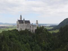 マリエン橋の上から、ノイシュヴァンシュタイン城の全景を望むことができます。