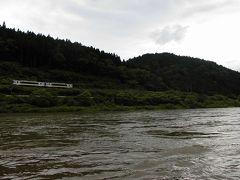 最上川舟下り 30名は乗れる大型舟。他の川下りと比べると、これといったポイント無く、のんびりしている。