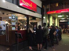 マレーシア料理のママック。6時ぐらいに行ったときは空いていましたが、出るときには大行列でした。やっぱり人気店なのですね。
