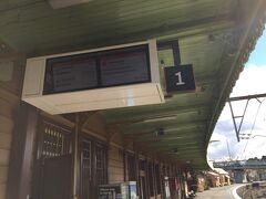 駅の掲示板を見るとよくわからない掲示が。時刻表にある電車が載っていないので不安に思っていたら、SYDにからやってくる電車が到着。掲示板の内容がぱっと変わり、予定していた電車の掲示が出て一安心。降り返し電車なのでそうなっているようです。1時間に1本しかないので、事前にしっかり調べておいた方がいいですね。  https://transportnsw.info/