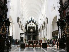 【聖パウルス教会】   もともとはドミニコ会修道院の教会でしたが、16世紀に火災で燃え 現在は再建された教会だけが残っています。  内部は白と黒の大理石が印象的です。