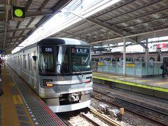 東京メトロ日比谷線に乗るためにホームへ上がります。 ちょうど東京メトロ13000系が発車したところでした。