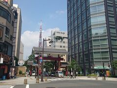 大門駅地上から見る大門と東京タワーのツーショット