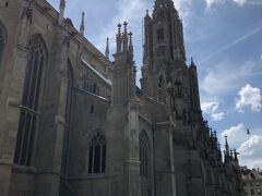 """ベルン大聖堂です  世界文化遺産に登録されているベルン旧市街にあるこの大聖堂は1421年に建てられとても古い歴史を誇っています。素晴らしいゴシック調の塔100mあり、スイスでも一番の高さを誇ります。高い塔と正面入口の上にある""""最後の審判""""の レリーフはこの大聖堂の必見ポイント。天国と地獄の様子が描かれていています。また大聖堂内部には5,040本のパイプを持つ巨大なパイプオルガンが あります。この100mの塔にも上ることができ、塔からはベルンの街が一望できます。  続きます"""