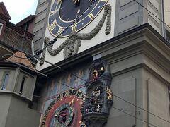 時計塔  しかし ヨーロッパでは多いですね キリスト教圏だからです  スイスの首都ベルンは、12世紀ツェーリンゲン公ベルトルド5世によって、アーレ川湾曲部の森を切り開いて造られた町です。北、東、南と3方をアーレ川に囲まれているため、町は西へ広がるしかありませんでした。そして、アーレ川にかかるニーデック橋と時計塔の間が旧市街です。  ベルンの旧市街において、1191年から1250年までの間、西の境界を示す城門の役割を果たしていたのが時計塔です。創建当時は、木造の門であったといいます。1405年大火によって基礎部分(ベルン最古の建造物)を残し消失しますが、1530年に時計塔として蘇ります。  設置された時計はカスパー・ブルンナーによって造られ、東側に設けられた天文時計は、太陽の位置や月の満ち欠けの相互関係を正確に伝えています。また、天文時計横のからくり時計は、毎時4分前になると雄鶏が鳴き、道化師の鐘と共に、小熊が登場し行進します。そして毎時正午になると「鐘撞き男」が鐘を鳴らして時間を知らせてくれます。  そういえばからくり時計 昨年、ドイツのリューデスハイムでもタイミングよく見ましたし ほかどこだっけ・・・見ました。昨年の6月のビール参照  旧市街でもひときわ目につく四角いデザインの尖塔を持つ時計塔は、ツィートグロッケ・トゥルムの名で親しまれ、ベルン市民に愛されています。  しかし時計といえばスイスでしょね。パテック・フィリップとか 等々
