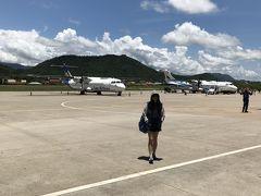 12:08 ルアンパバーン空港に到着、小さな空港で 滑走路を歩いてターミナルへ