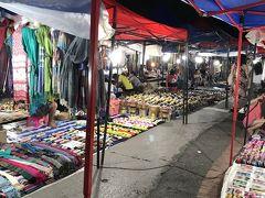 20:33 民族衣装も所狭しと、雑貨のお店もあちこちに