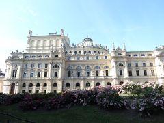 スウォヴァツキ劇場。まるで宮殿! 正面ではなくサイドから見えます。オペラなどを上演しているそうで、鑑賞以外では中に入れないそう。