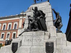 ヤン・マテイコ広場のグランウォルド記念碑。勇ましい騎馬像。 広場の中心に堂々と建っている。 ポーランド・リトアニア連合軍がドイツ軍に勝利したことを称える記念碑だそうです。