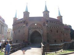 バルバカン。 中世の時代の馬蹄型の城砦。ヨーロッパでの数少ない貴重なものだとか。 城壁の境目に位置し、小窓から敵を見つけて攻撃していたという。  夏は入場できないので残念!