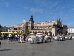 着きました!ここが中央市場広場。中世から残っている広場としてはヨーロッパ最大の広さとか。 メチャ賑わってます♪