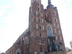 広場の象徴、聖マリア教会。 形の違う高い2つの塔が特徴的で美しい。
