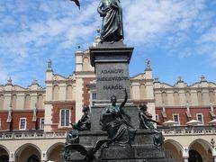 広場の中心に建つこの像……どなた?ってその時はわかりませんでしたが、調べた結果、アダム・ミツキエヴイッチ像とのこと。独立運動に尽くした詩人でポーランドでは有名人。 通称アダム像として親しまれているそう。