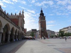 中央の塔は旧市庁舎塔。14世紀に建てられたが17世紀に落雷により火災となり、修復された。その後、市庁舎は取り壊され今では塔だけが遺されているという。