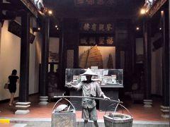 ビジネスマンたちが、お寺の門のような所へ次々と入っていくので、ついて行くと…。やっぱり、お寺? 1824年に建造されたシンガポール最古の中国寺院でした。