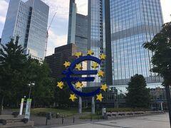 お目当ての、欧州中央銀行のユーロマーク! 中央駅正面、カイザー通りを真っ直ぐ歩けばいいだけでしたが、私は道に迷い(マインタワーを間違えたから~)しまいにはGoogle先生に頼っての到着でした。