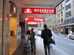 お世話になるホテルは 「MEGABOOM CITY HOTEL」  ホテルとしてどーんと建っているわけではなく、 お店の並びに紛れた入口。 でも、赤色で分かりやすい。