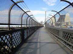 ハーバーブリッジを歩いている途中。  ハーバーブリッジに行くには「BRIDGE STAIRS」から 上がっていくのですが、手前の道路が工事中で行けませんでした。  そのため、反対側から行こうとしたら、そちらは自転車専用で・・ ガッカリしていると、 オージーが、「向こう側から行けるわよ」と。 私「でも工事中で・・」 オージー「そう、でもそこを回って階段から行けるから」  大周りになりましたが、ちゃんと行くことができました。 オージー、優しいなぁ! 感謝。