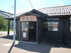 9:31犀潟駅に着きました~。  黒が似合う真新しい駅舎が意外でした?…で駅員さんも居るのですね?。 待ち時間も10分程度なのでホームのベンチでスタンバイです。