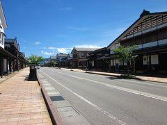 徒歩10分もしない内に「三国街道・塩沢宿、牧之通り」に来ました~。  電柱が無いので空が広い!、その空も晴天で気持ちが好いほど青い!、 でも、汗が吹き出るほど暑い?…。