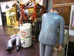 駅ビルCoCoLo湯沢内に在る「ぽんしゅ館」~、飲み過ぎた親爺が酔っ払ってますね!、そのまま倒れた親爺も?…。  実はマネキンなですが、名産の日本酒をテーマにした商業施設はユニークで笑ってしまうほど?。