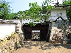 龍野城は1499年に塩屋城の赤松村秀が築いた城で、その後は播磨平定の際は豊臣秀吉の蔵入地にもなっていました。坂道を登っていくと、立派な城門が見えてきました。