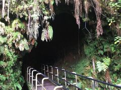 スピリチュアルスポットとして知られる溶岩洞窟へ。