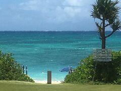イーフビーチホテルの中庭からイーフビーチを眺めてみました。 やや波があるようにも見えましたが、とてもキレイなビーチでした。