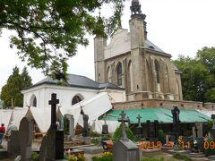 周りを墓地に囲まれた静かな教会ですが…
