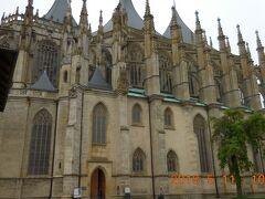 聖バルバラ教会は後期ゴシック様式の堂々とした建造物です。クトナー・ホラは古くから銀鉱山で栄えた街で、聖バルバラは鉱夫の守護聖人です。