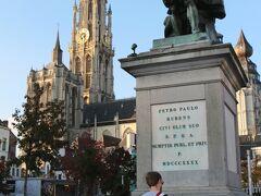フルン広場の中央には、大聖堂を背にした ルーベンスの像が立っています。  アントワープに工房を構え、17世紀バロック期の巨匠画家として また外交官としても活躍したルーベンスです。