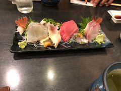 間に合いました。 まずはお刺身盛り合わせ。 娘がこんなおいしい寿司は初めて、とぱくついています。
