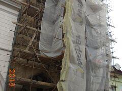 石の家。ファザードに精巧なレリーフがあるゴシック様式の美しい建物らしいのですが修復中でした。