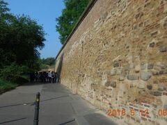 駅から10分ほど歩くと城壁に出ました。前を中国人の若者グループが行きます。