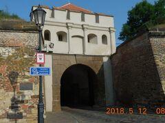 最初のターボル門をくぐり城内に入ります。
