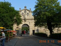 レオポルド門。17世紀の要塞の名残です。