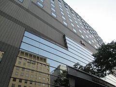 歩いてほんの3分くらいでホテル日航福岡に着いちゃいました。 博多駅からこんなに近い便利さ。宿泊料金がお高いのも頷けます。 近くにはコンビニが何件もあってこれも便利。