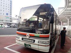 午前9時過ぎ。JR奈良駅前から奈良交通の定期観光バスに乗ります。 前日に法隆寺のコースでご一緒したご夫婦と再会したので軽くご挨拶。
