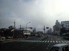 油阪の交差点を右折して近鉄奈良駅に続く坂を上って行きます。 昨日の雪の名残の黒い雲がまだ残っていました。