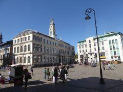 リガ旧市街の中心部、市庁舎前広場です。塔があるのがリガ市庁舎です。広場脇の駐車場に車を停めて、付近を観光しました。沢山の観光客がいました。