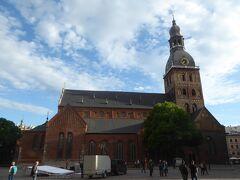 市庁舎広場から100m程北側にリガ大聖堂があります。この大聖堂は1211年、アルベルト司教によってダウガヴァ川の近くに建てられています。その後、増改築が何度も行われ、今日ではロマネスク建築、バロック建築などの建築様式が混在する建造物となっています。とても大きな聖堂で、バルト三国にある中世の大聖堂の中で最大規模です。