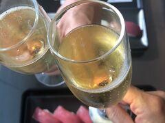 前夜のフリーフローはシャンパンなしだったので、シャンパン、待ってました。 かんぱーい♪