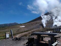 姿見の池からは噴煙を間近に見ることができます。
